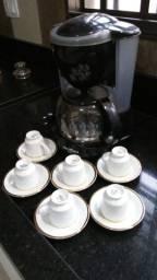 Cafeteria com xícaras para cafezinho
