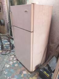Geladeira duplex inteira latarit gelando bem  200 reais