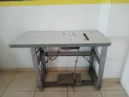 Mesa com motor de máquina