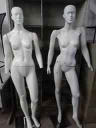 Dois manequins de fibra c/ base. R$ 89,00 Cda