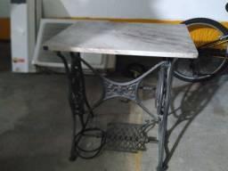 Mesa de costura com tampo de mármore.