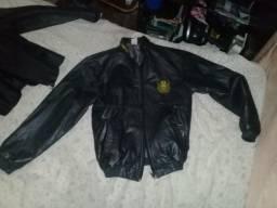 2 jaquetas de couro feminino e masculino