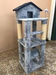 Arranhador de gato sem uso em pelúcia e madeira