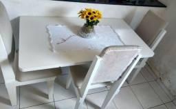 Mesa embutida na parede com três cadeiras