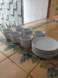 Conjunto de xícaras e Pires de porcelana.