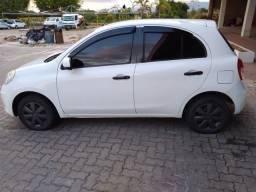 Carro branco da Nissan March/ flex