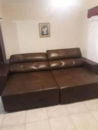 Sofá de couro legítimo.