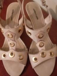 Sandália bege, com ilhós dourado