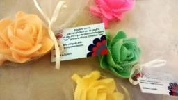 10 flores de sabonete com tule e tag personalizada