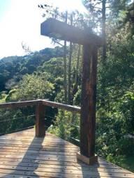 deck de madeira feito com cruzetas de poste