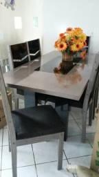 Mesa com seis cadeira conservada