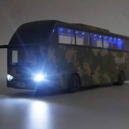 Ônibus militar metal