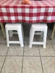 Mesa de plástico com banquetas