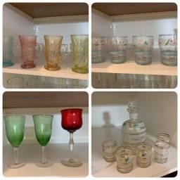 Coleção de copos jarras taças