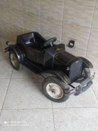 Carrinho de pedal infantil.   Antigo de fibra
