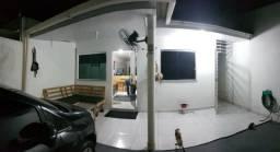 Linda Casa Próx. do T3 e da Av. das Torres. Rua principal/ Portão eletrônico/Porcelanato