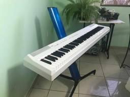 Piano Digital Yamaha P105 Branco c/ Suporte Stay Azul