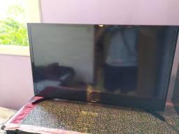 """SMART TV 32"""" quase nova com caixa."""