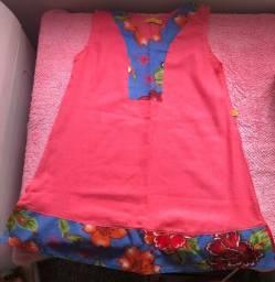 Vestido rosa pink com detalhes floridos em azul