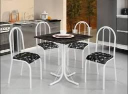 Mesa com tampo de pedra quadrada e 4 cadeiras