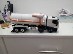 Vendo ou troco  miniatura de caminhão