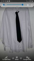 Camisa branca e calça preta social.