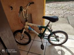 Bicicleta infantil vendo ou troco por outra maior com a volta