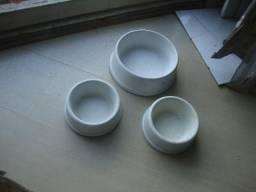 03 pratinhos de louça brancos com tamanhos diferentes