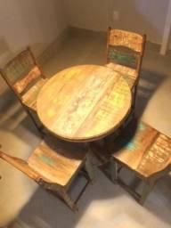 Mesas Bistrô de madeira vintage com tampa de vidro e Cadeiras em ótimo estado