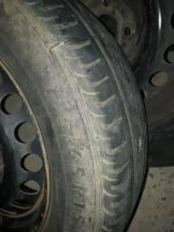 Calhas do cobalte com os pneus