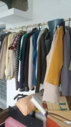 Varias peças de roupa para brechó