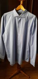 Camisa manga longa azul.