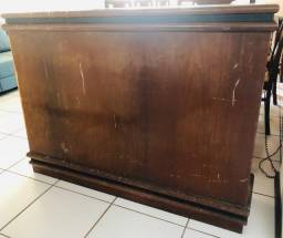 Móvel: Bar em madeira com duas banquetas