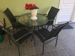Conjunto de mesa e cadeiras para varanda.