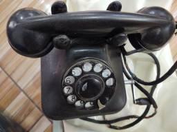 Telefone de baquelite antigo a manivela