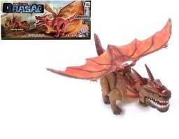 Dragon com movimento em 3D anda, bate asas acende os olhos