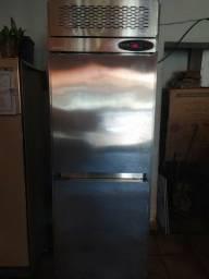 Freezer Macon vertical para cozinha industrial e gelateria.