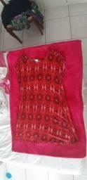 Vestido vermelho estampado.