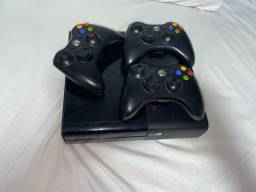 Vendo Xbox 360 com 3 controles originais