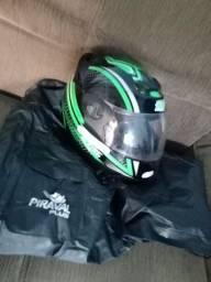 Vendo capa de chuva para motoqueiro e usada 1 vez e um capacete novo usado 3 vezes