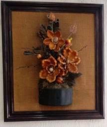 Quadro artesanal de flor em relevo.