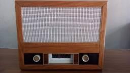 Rádio retrô em madeira.