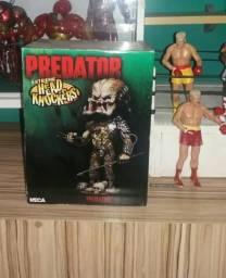 Predador com base e mexe a cabeça na caixa