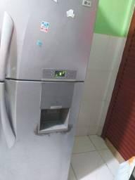 Vendo  geladeira  LG ela e gelo seco