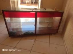 Balcão de madeira e vidro