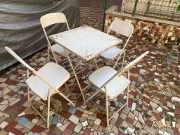 Mesas de ferro e cadeiras