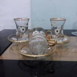 Jogo de xícaras com pires decorados com ouro.
