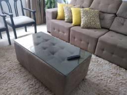 Mesa de centro estilo pulf, com tampo de vidro.