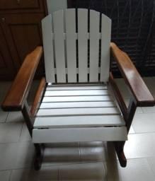 Cadeira de balanço de madeira maciça.