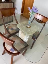 Linda mesa com base de mármore com 3 cadeiras